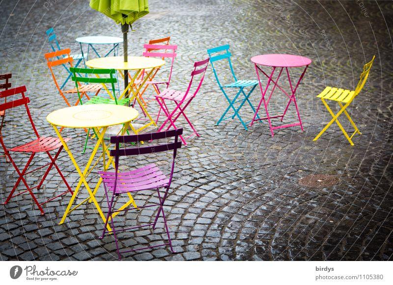 Saisonstart Stadt blau rot gelb rosa Lifestyle frisch Tisch Textfreiraum Stuhl Gastronomie Café Sonnenschirm positiv Kopfsteinpflaster Altstadt