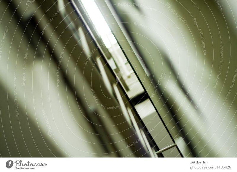 Treppe im Neubau Treppenhaus Treppengeländer Geländer aufsteigen Karriere Treppenabsatz Haus Häusliches Leben Wohngebiet Neigung diagonal Ecke Froschperspektive