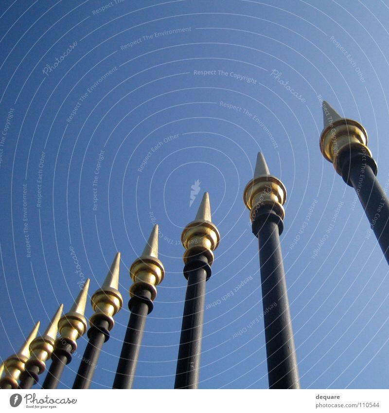 Auf die Spitze getrieben Zaun schön schwarz Eisen Stab Zierde Buckingham Palace Palast Potenz Garten Park Kunst Kunsthandwerk historisch Himmel Wetter blau gold