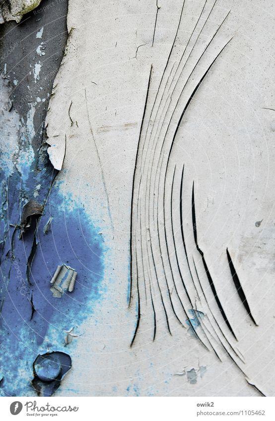 Falz alt blau Farbe weiß schwarz Wand Mauer grau Linie Metall trist Vergänglichkeit kaputt trocken Verfall Riss