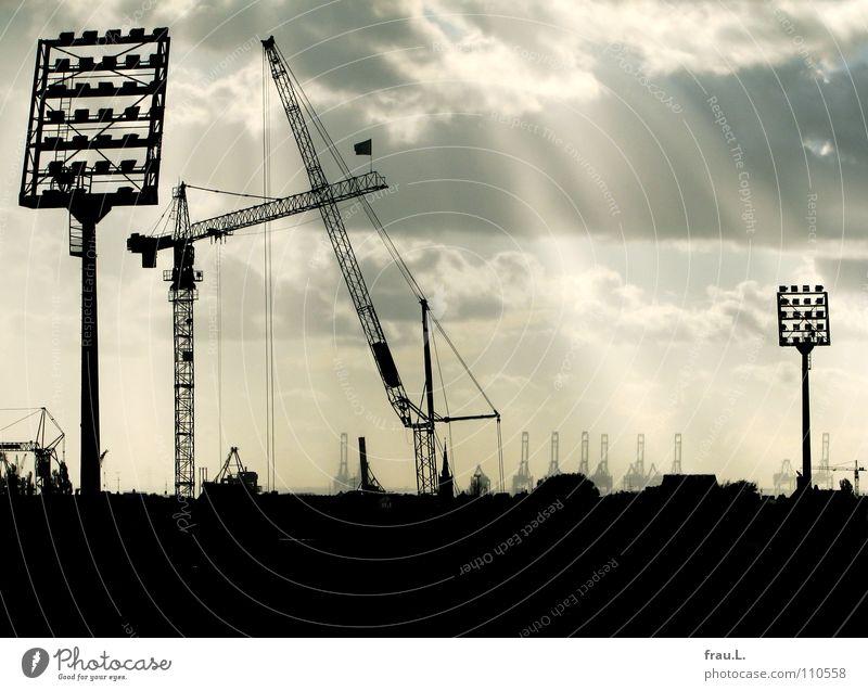 St. Pauli Stadion Wolken Stadt Haus Kirchturm Sonnenstrahlen grau Fußballstadion Hafen Hamburg Ballsport Krähne Himmel