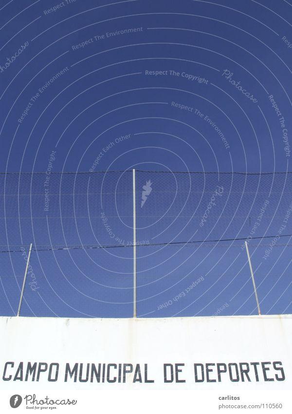 NICHTS Neues vom Spocht .... Spanien Balearen Mallorca Sportplatz rote Karte Wand weiß Zaun blau Freude Spielen Buchstaben Schriftzeichen Trainingslager