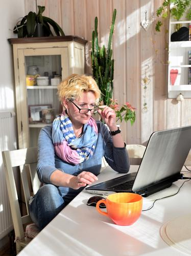 Frau zu Hause Kaffee Tasse Haare & Frisuren Leben Freizeit & Hobby Häusliches Leben Wohnung Möbel Tisch Küche Arbeit & Erwerbstätigkeit Büro Notebook Erwachsene