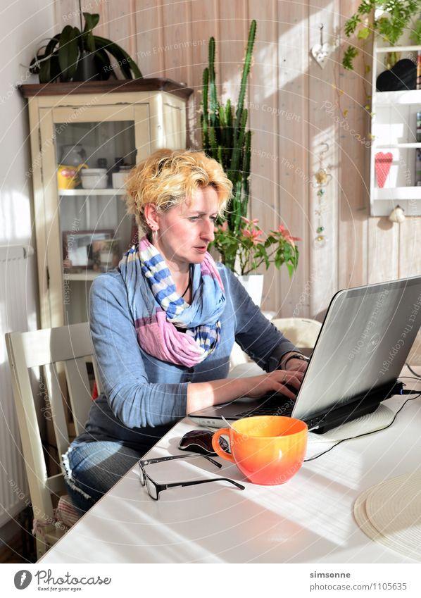 Frau zu Hause Frau blau Pflanze Erwachsene Leben Haare & Frisuren Arbeit & Erwerbstätigkeit Wohnung Freizeit & Hobby Büro Häusliches Leben blond Tisch geschlossen lernen Brille