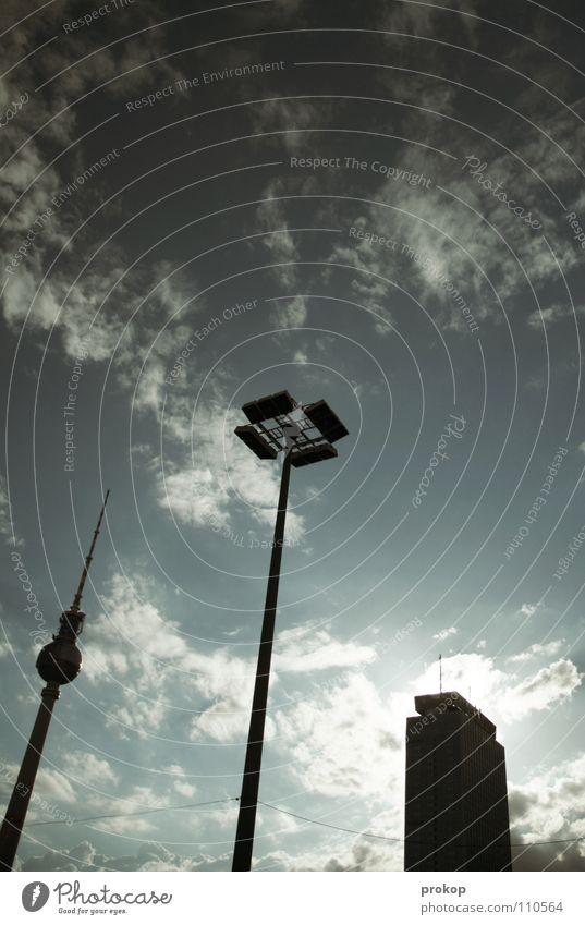 Verhältnismäßigkeiten Funkturm Alexanderplatz Wolken Ferne groß Kunst Attraktion Hochhaus Laterne blenden dunkel Wahrzeichen Denkmal Berlin Himmel alex hoch