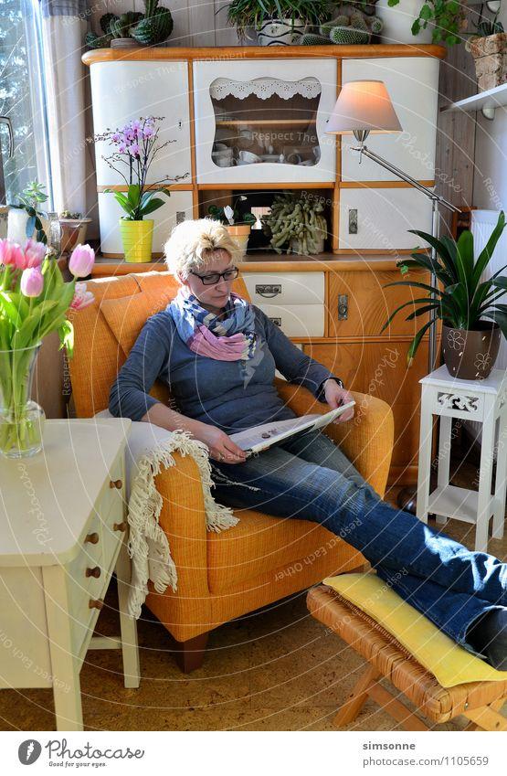 Frau zu Hause Büffet Brunch Haare & Frisuren Leben Freizeit & Hobby lesen Sonne Häusliches Leben Wohnung Möbel Sessel Tisch Küche Feierabend Erwachsene Zeitung