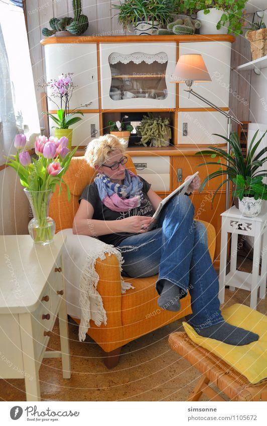 Frau zu Hause Haare & Frisuren Leben Freizeit & Hobby lesen Sonne Häusliches Leben Wohnung Dekoration & Verzierung Möbel Lampe Sessel Tisch Wohnzimmer Küche