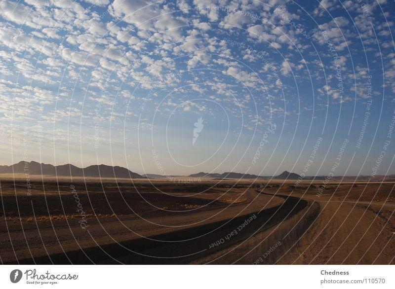 Ferne Dünen Wolkenfetzen Namibia Fetzen Sträucher Teer Asphalt Morgen Himmel Afrika Wüste Straße Stranddüne Berge u. Gebirge Landschaft Sand Morgendämmerung
