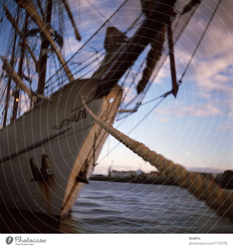 Wir fahr'n ums Kap Hoorn Wasserfahrzeug Seil Festmacher Poller Öse See Anlegestelle Ponton Ankunft Spleißen Schiffsbug Anker Baum Takelage Unschärfe wackelig