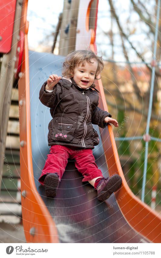 Kind auf einer Rutsche Freude Spielen Mädchen 1 Mensch 1-3 Jahre Kleinkind Spielplatz lachen lustig Geschwindigkeit 2-3 Aktion bewegung kindheit rutschen