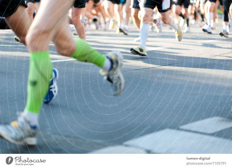 Beine von Marathonläufern Frau Mann Erwachsene Straße Berlin Fuß Zusammensein laufen Geschwindigkeit Ziel Ereignisse Strümpfe anstrengen Turnschuh Ausdauer