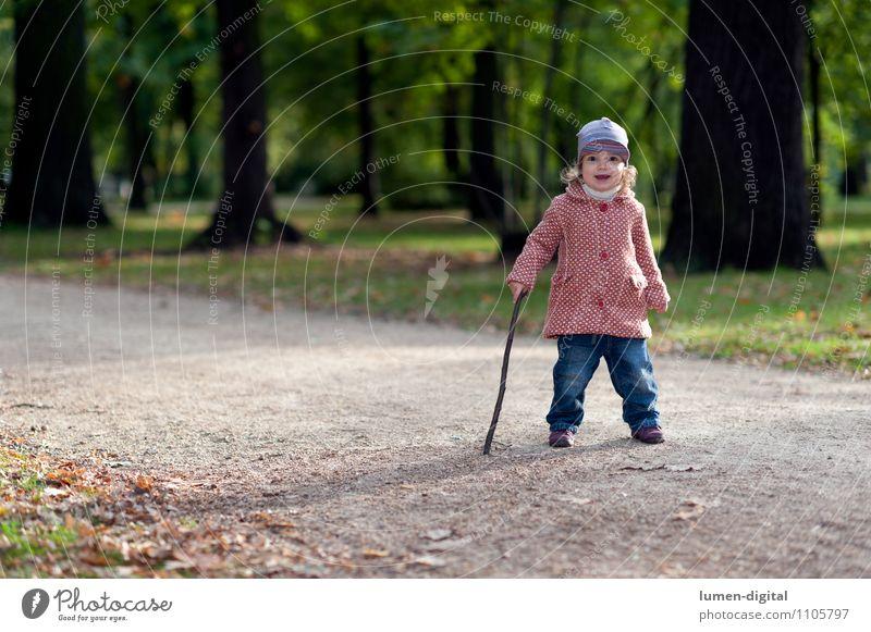 Kind mit Spazierstock Mensch Kind Natur Freude Mädchen Herbst klein lachen gehen Park wandern Freundlichkeit sportlich Mütze Kleinkind Mantel