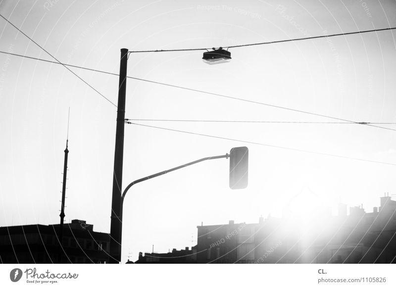 ampel Wolkenloser Himmel Sonne Sonnenlicht Schönes Wetter Stadt Menschenleer Haus Verkehr Verkehrswege Straßenverkehr Wege & Pfade Ampel Kabel hell Energie
