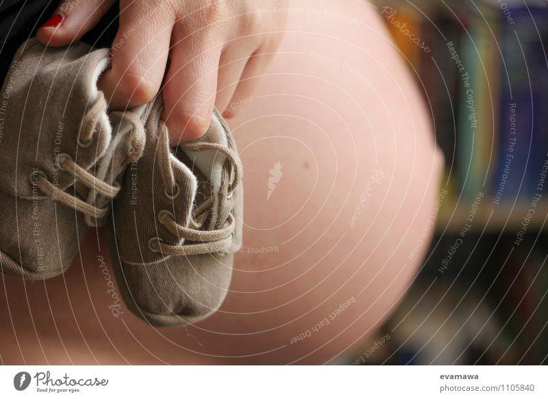 Nachwuchs - coming soon Mensch Erwachsene Leben feminin Wachstum Schuhe Baby Mutter Vorfreude Bauch schwanger Erwartung