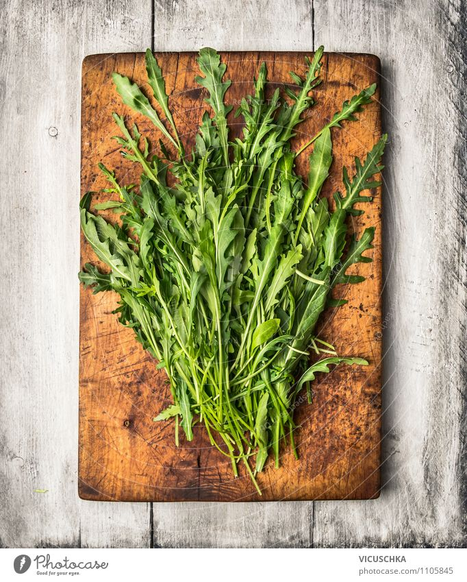 Rucola auf altem Schneidebrett Natur alt Blatt Gesunde Ernährung Stil Holz Garten Lebensmittel Design Ernährung Tisch Kräuter & Gewürze Küche Bioprodukte Diät Vitamin