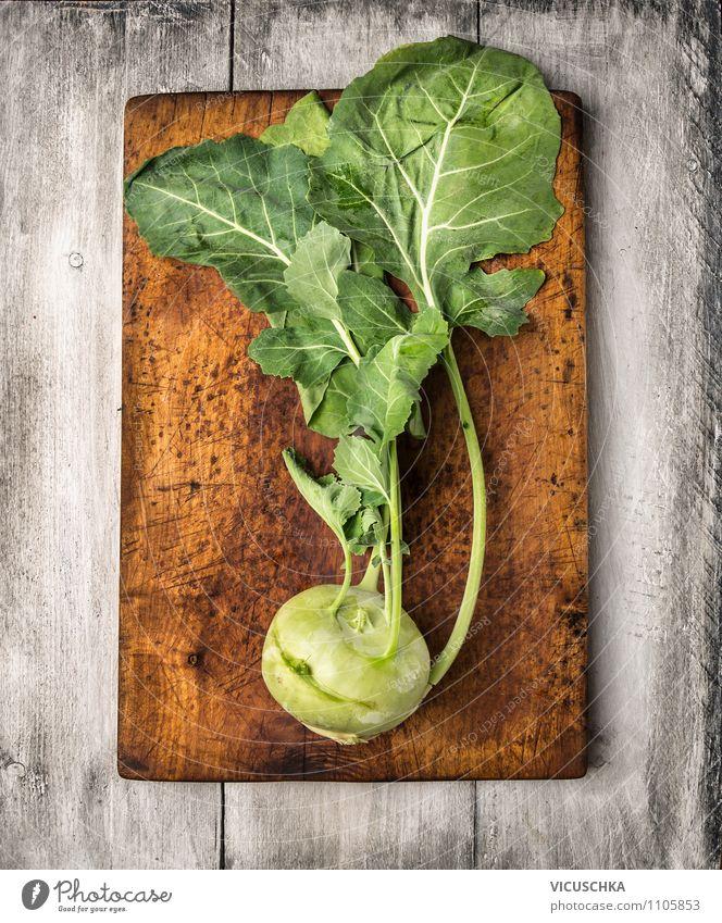 Kohlrabi mit Blätter auf altem Schneidebrett Lebensmittel Gemüse Ernährung Bioprodukte Vegetarische Ernährung Diät Stil Design Gesunde Ernährung Sommer Garten