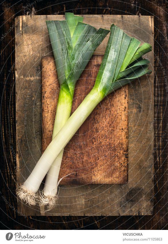 Frische Porree auf altem Holztisch Lebensmittel Gemüse Kräuter & Gewürze Ernährung Mittagessen Bioprodukte Vegetarische Ernährung Diät Stil Design