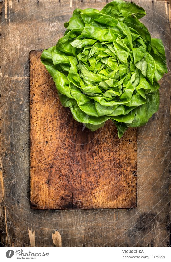 Frisches Kopfsalat auf altem Schneidebrett Natur alt Sommer Gesunde Ernährung Stil Speise Holz Hintergrundbild Garten Lebensmittel Lifestyle Design Ernährung Tisch Küche Postkarte