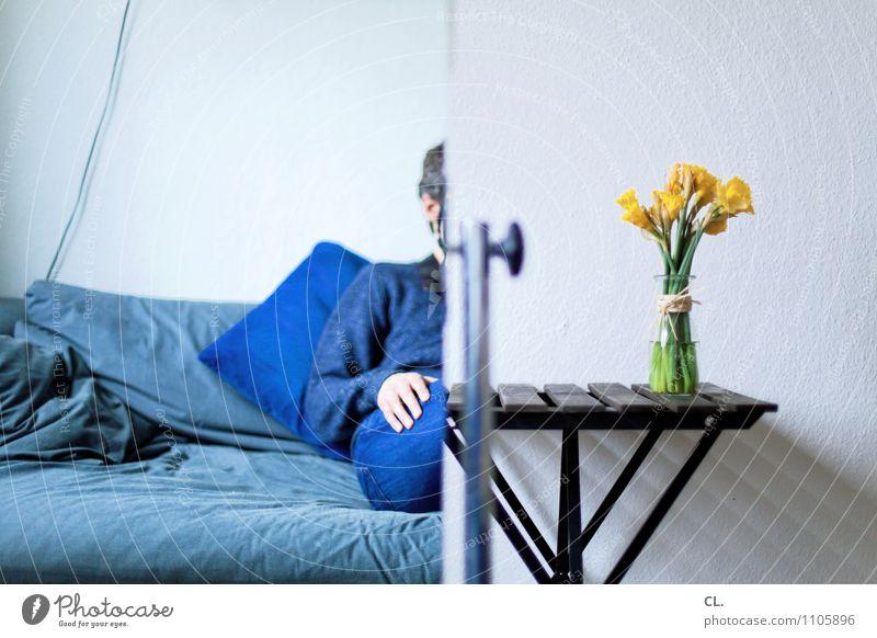 C| Freizeit & Hobby Häusliches Leben Wohnung einrichten Innenarchitektur Dekoration & Verzierung Sofa Tisch Raum Wohnzimmer Mensch maskulin Mann Erwachsene 1