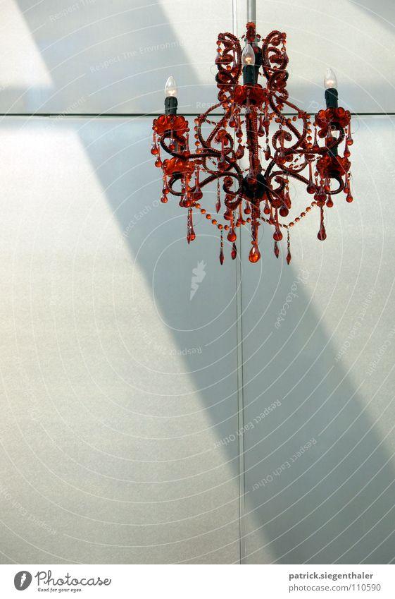 Kronleuchter deluxe rot Lampe Wand Architektur Häusliches Leben Reichtum edel erleuchten Kristallstrukturen Edelstein Leuchtkörper
