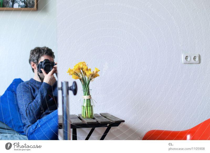 hey, lisa schmieder Mensch Mann blau Erwachsene gelb Leben Wand Innenarchitektur Mauer Wohnung maskulin orange Freizeit & Hobby Raum Häusliches Leben