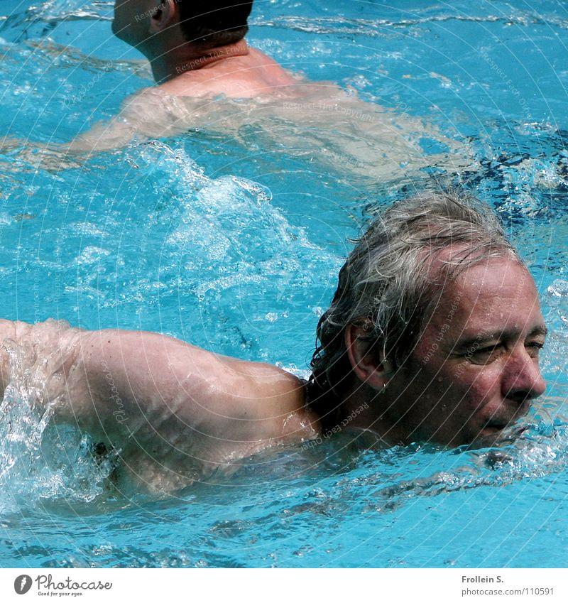 Wasserspochtler Mann maskulin Schwimmbad türkis nass Wellen Sonnenbad Sommer Wassersport Kopf Haare & Frisuren blau Blick Arme Kraulstil schwimmen