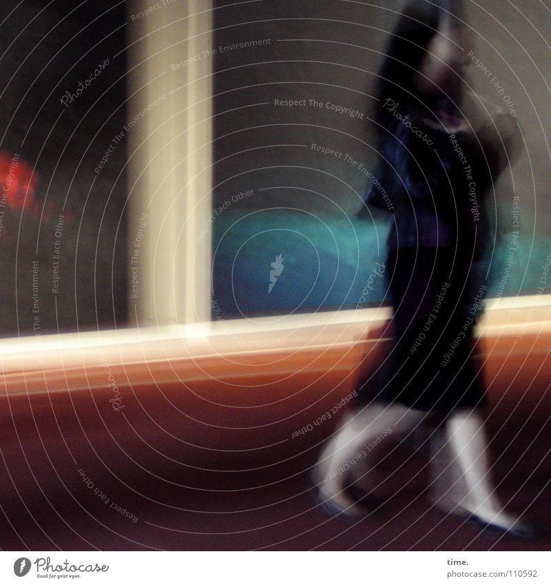Kunstkritikerin Mensch Frau Farbe Erwachsene feminin Beine Körper gehen elegant lernen Neugier Museum skeptisch Teppich Hochmut