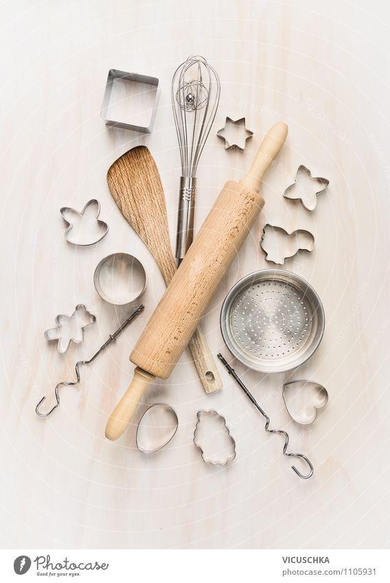 Backen Geräte auf weißem Holztisch Ernährung Geschirr Stil Design Freizeit & Hobby Wohnung Tisch Küche Composing Strukturen & Formen Nudelholz Löffel