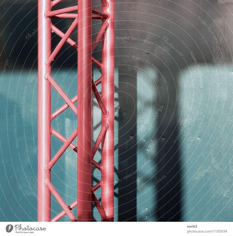 Robust Gestell Konstruktion Metall stehen fest blau rot festhalten haltend Säule abstützen robust Farbfoto Gedeckte Farben Außenaufnahme Detailaufnahme