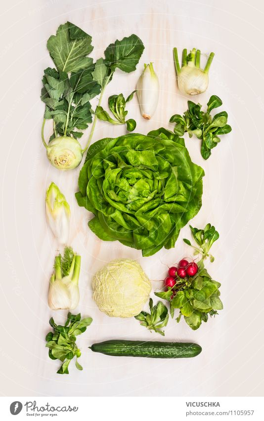 Vielfalt von Salat Gemüse auf weißem Holzuntergrund Lebensmittel Salatbeilage Ernährung Mittagessen Büffet Brunch Picknick Bioprodukte Vegetarische Ernährung