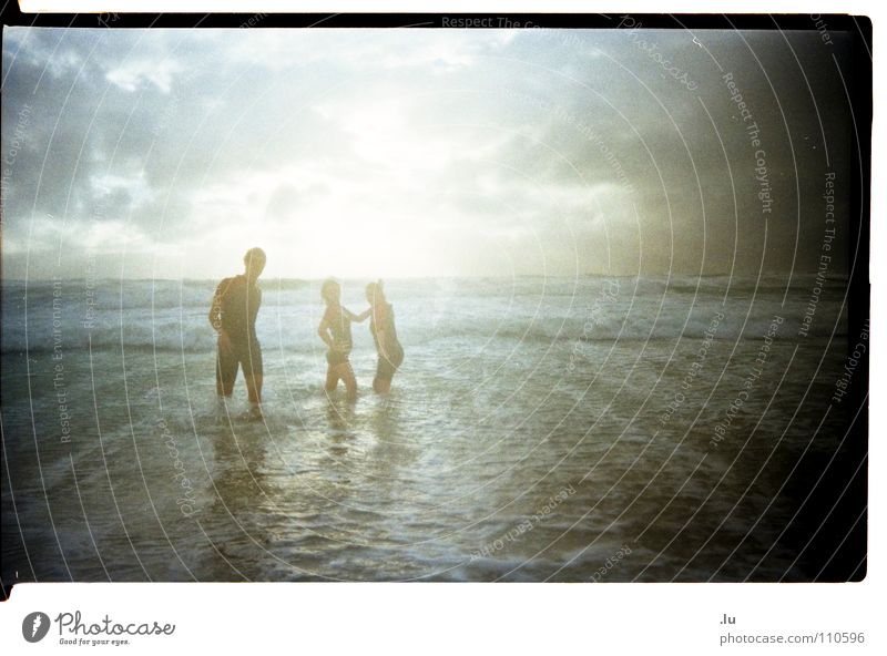 _ Ins Wasser gefallen 1 Frau Mann Jugendliche Wasser Meer Freude lustig Regen Wellen Schwimmen & Baden Unwetter Sturm Mut Dynamik Freak Klimawandel