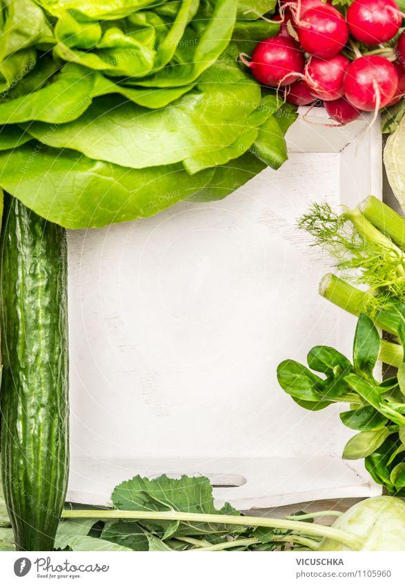 Sommer Gemüse für Salat auf weißem Holztisch Lebensmittel Salatbeilage Kräuter & Gewürze Ernährung Mittagessen Bioprodukte Vegetarische Ernährung Diät Stil