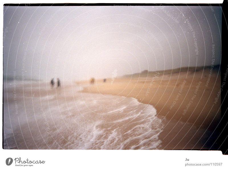 _ Ins Wasser gefallen 2 Meer Ferien & Urlaub & Reisen Strand Unwetter Wellen Unschärfe Frankreich Atlantik Küste Einwegkamera Körnung Regen Sand Scan