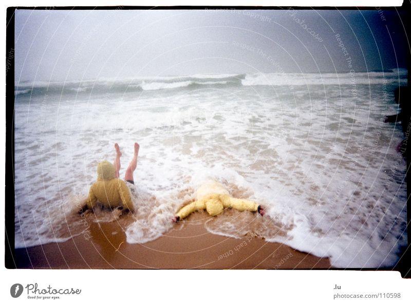 _ Ins Wasser gefallen 3 Frau Ferien & Urlaub & Reisen Meer Strand Freude gelb kalt Spielen Sand Küste Regen Wetter Wellen Schwimmen & Baden verrückt frieren
