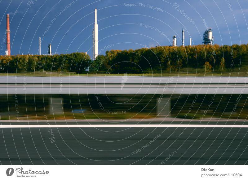 Industrie Leitplanke Fahrbahn Sträucher grün Geschwindigkeit Wind Rauch Blauer Himmel Bewegung Schornstein hoch Abgas Industriefotografie Bewegungsunschärfe