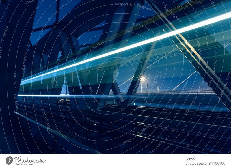 Lichtgeschwindigkeit Brücke Schienenverkehr Gleise rennen Geschwindigkeit blau schwarz weiß Fortschritt Ferien & Urlaub & Reisen Farbfoto Außenaufnahme Nacht