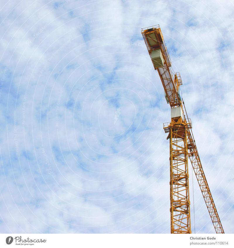 Arbeitsplatz in luftiger Höhe Himmel blau Wolken gelb Arbeit & Erwerbstätigkeit Beton Hochhaus Baustelle Industrie Handwerk Konstruktion Kran Bauarbeiter Kranfahrer