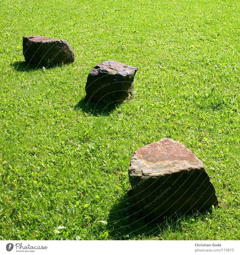 Mini-Stonehenge Wiese grün braun Dinge Garten Park Stein Rasen Schatten Schulhof