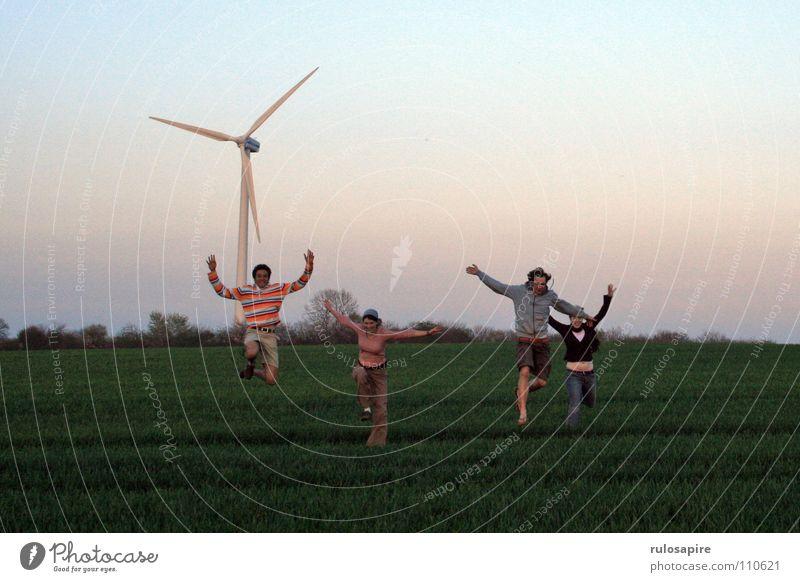 Spring! grün Feld springen Mensch bewegungslos drehen weiß groß dünn technisch Wiese saftig Abendsonne rot Engagement Freude Wind Windkraftanlage
