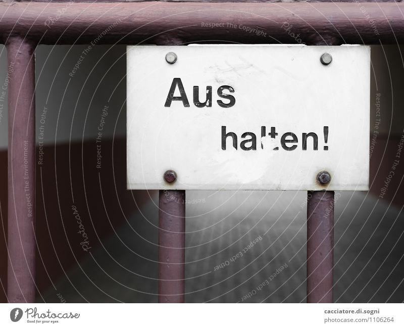 Ausfahrt freihalten Tor Zaun Schriftzeichen Hinweisschild Warnschild Linie außergewöhnlich dunkel eckig einfach lustig trist grau schwarz weiß Neugier