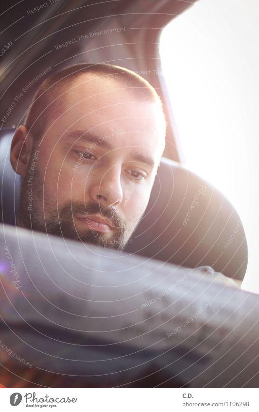 unterwegs Junger Mann Jugendliche Kopf 1 Mensch 18-30 Jahre Erwachsene Öffentlicher Personennahverkehr Bahnfahren brünett kurzhaarig Bart Dreitagebart lesen