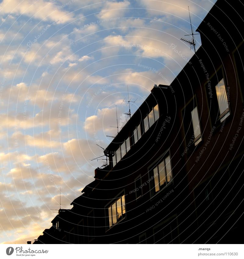 Fifty-Fifty Himmel blau Haus schwarz Wolken dunkel Herbst Fenster Gebäude Dach diagonal Fensterscheibe Hälfte Antenne Färbung Fluchtpunkt