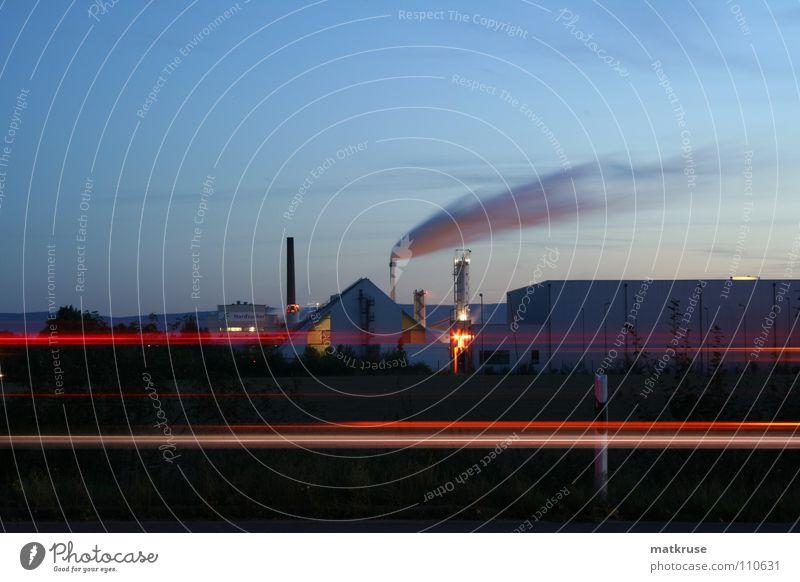 Zuckerfabrik am Herbstabend Industrie Schornstein Abenddämmerung Straßenrand