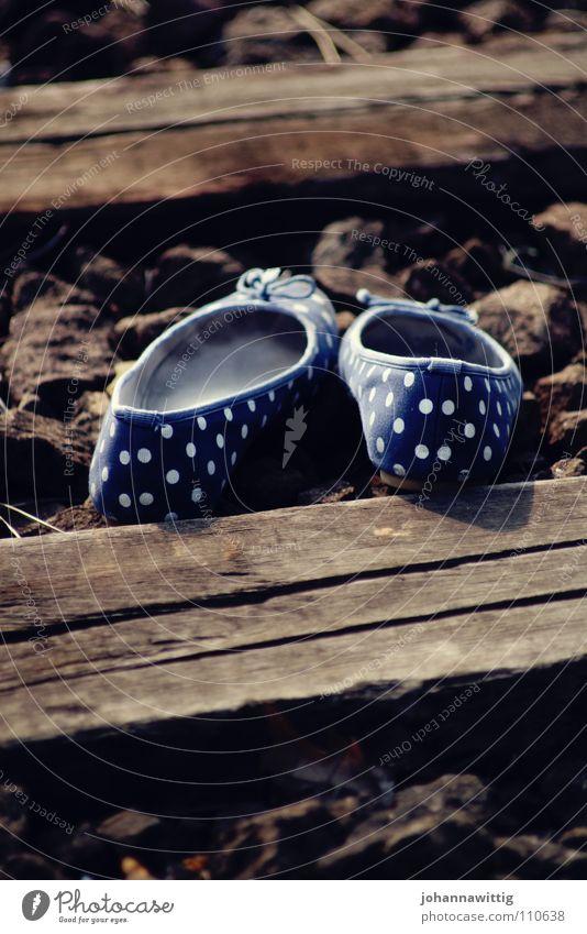 den eigenen Weg gehen ruhig Gleise Schuhe Stein Holz Traurigkeit lustig blau weiß Trauer Verzweiflung Vergänglichkeit leer weiße Punkte wenig Schärfe Ballerina