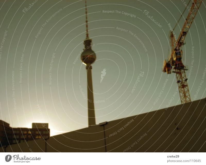 vorbeigefahrn Alexanderplatz Sonntag Kran Wahrzeichen Kultur Berlin Hauptstadt Mitte mudderstadt Berliner Fernsehturm Turm alex Kunst Deutschland Coolness Sonne