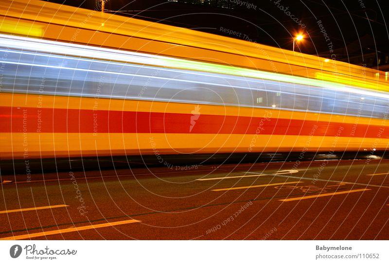 Im Eilzugstempo Straßenbahn Verkehr Stadt Basel Eisenbahn Gleise gelb rot Geschwindigkeit Langzeitbelichtung Unschärfe Nacht dunkel Bewegung Motion Bahnhof