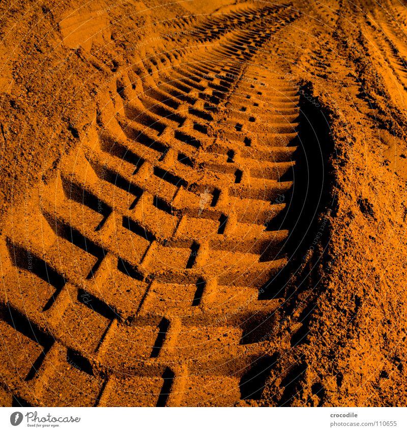 spuren im sand rot dunkel Sand orange dreckig fahren Spuren Lastwagen schwer Bagger negativ Fluchtpunkt Kieswerk