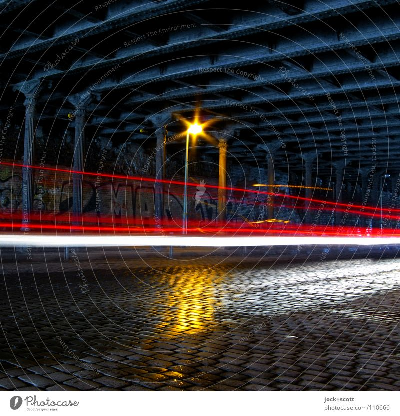 Velocitas Prenzlauer Berg Brücke Tunnel Stahlträger Verkehrswege Straße Kopfsteinpflaster Straßenbeleuchtung Leuchtspur Graffiti fahren dunkel historisch