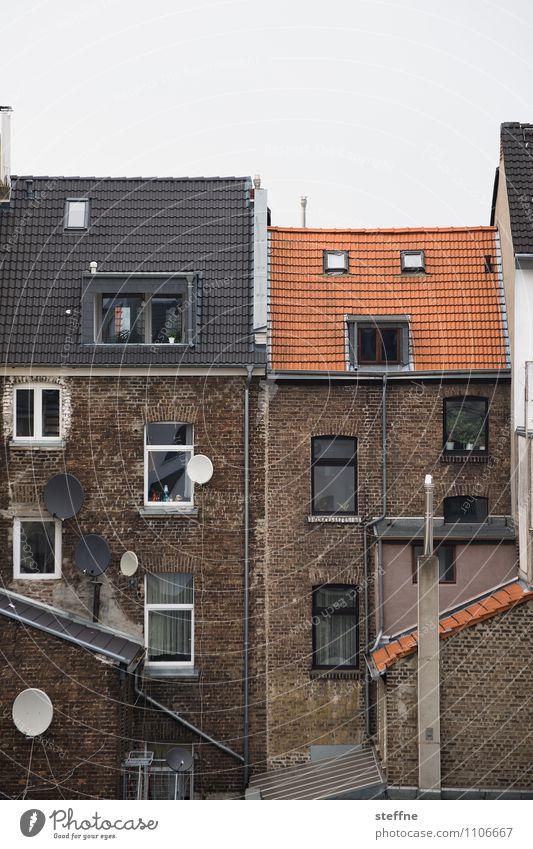 Around the World in Germany: Köln Haus Mauer Wand Stadt Satellitenantenne Fernsehen schauen trist Arbeiter Arbeiterviertel Köln-Ehrenfeld Außenaufnahme