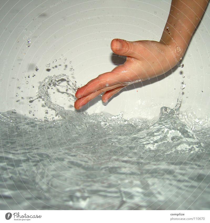schwipp schwapp Hand Kind Spielen Badewasser nass Blitze platschen spritzen feucht Badewanne Finger gestikulieren Kinderspiel Momentaufnahme Daumen Wellen Sturm